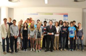 """Gruppenbild mit allen Gewinnern bei """"fair kaufen!"""" und Minister Bonde"""